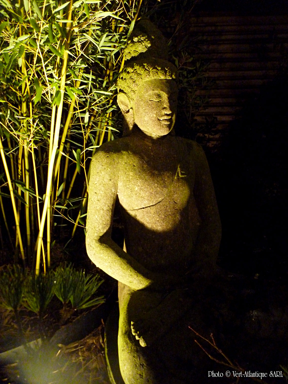 Eclairage d'une statue Buddha avec fond en bambous, Phyllostachys