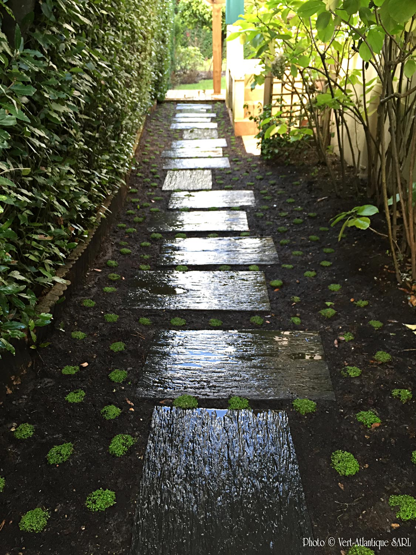 Pas japonais avec dalles de schistes, couvre-sol en Helixine