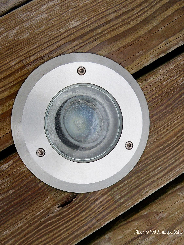 Spot encastré dans terrasse en bois pour éclairage jardin